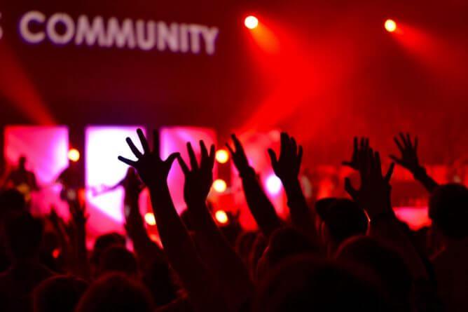 ライブ会場に上がるファンの手