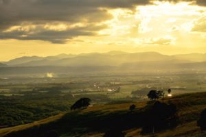 夕方の太陽と田園風景
