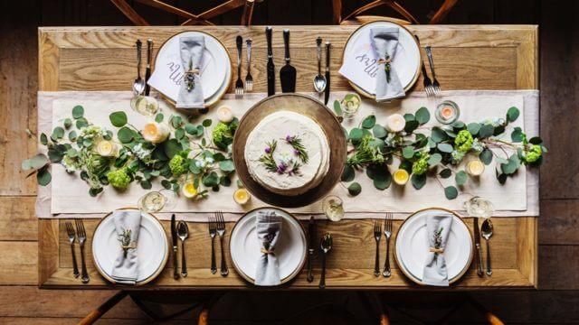 食器が飾られたダイニングテーブル