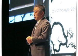 演台に立つ岡本昭彦社長の画像