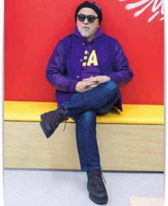 椅子に腰掛ける熊谷隆志