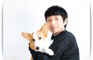 徳井義実が犬を抱く画像
