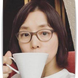 石田ゆり子のコーヒーを飲む姿