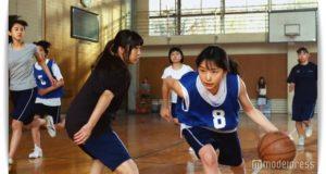 バスケットボールをする桜井日奈子